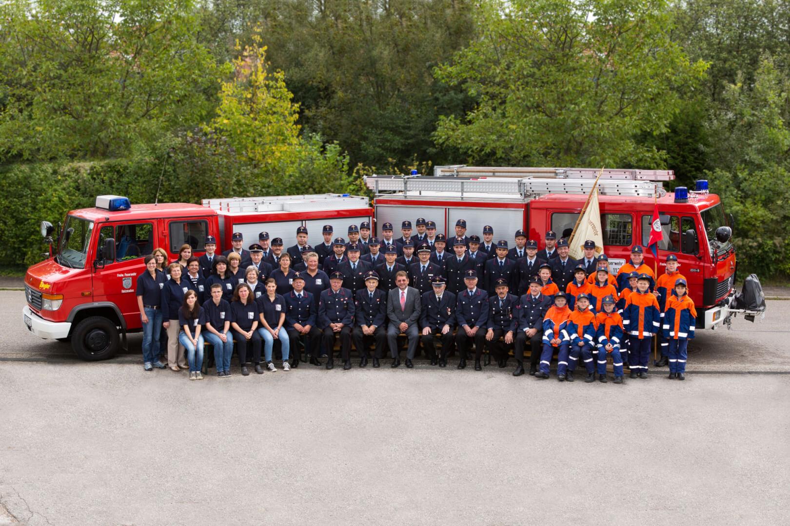 Gesamte Wehr bestehend aus Alterswehr, Feuerwehrfrauen, Einsatzabteilung und Jugendfeuerwehr