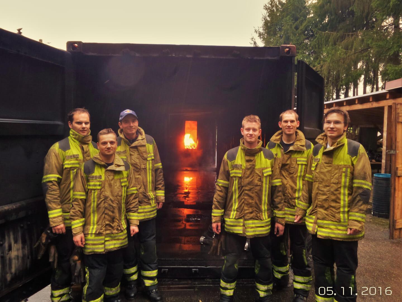 Frank Zeyer, Rafael Fischer, Max Dopatka, Sebastian Grot, Steffen Weinert und Lennart Dopatka (v.l.n.r.) haben sich in der Rauchgasdurchzündungsanlage der Feuerwehr Winnenden weitergebildet.