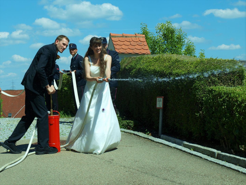 Vollen Einsatz gab das Brautpaar mit der Kübelspritze bei einer kleinen Herausforderung.