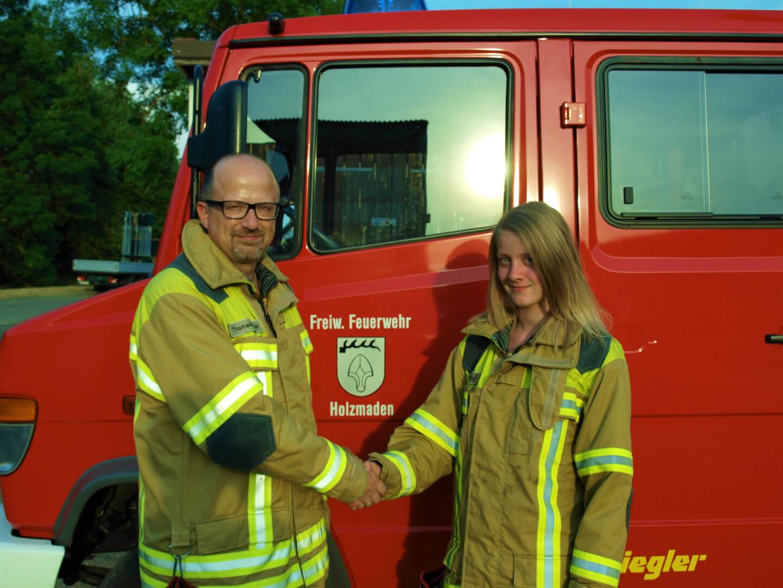 Kommandant Thomas Polster gratuliert Elena Grot zur bestandenen Grundausbildung.