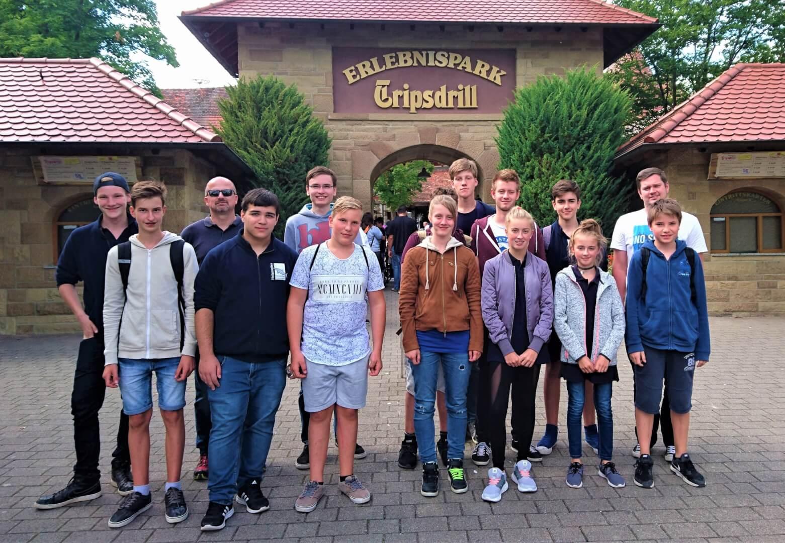"""Die Jugendlichen der Jugendfeuerwehr mit ihren Betreuern am Erlebnispark """"Tripsdrill""""."""