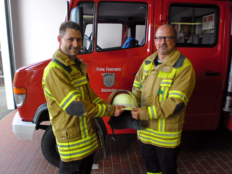 Christian Schreyer (l.) wird von Kommandant Thomas Polster in der Feuerwehr Holzmaden begrüßt.