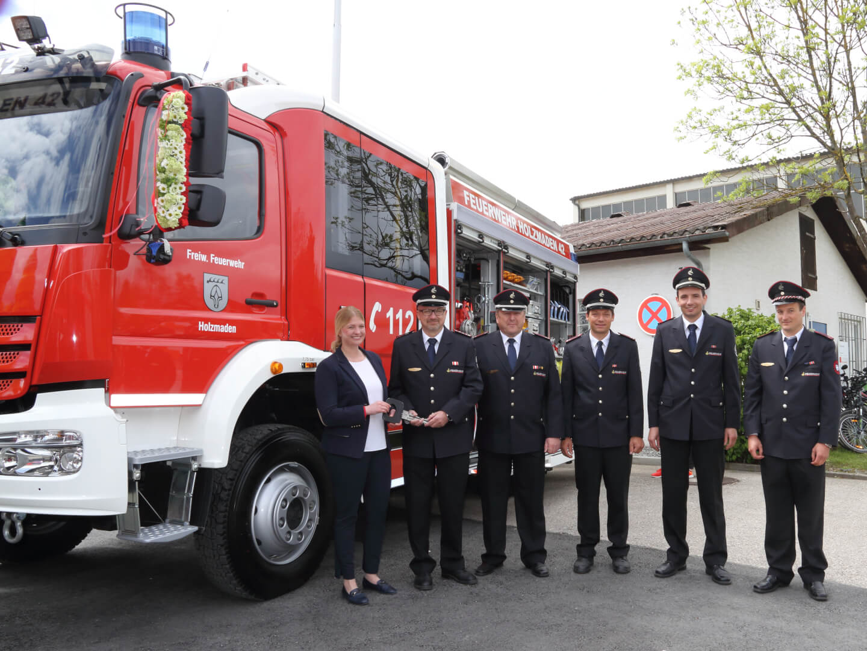 Bürgermeisterin Susanne Irion übergibt das Löschgruppenfahrzeug 10 an die Feuerwehr, vertreten durch die Mitglieder des Beschaffungsausschusses.
