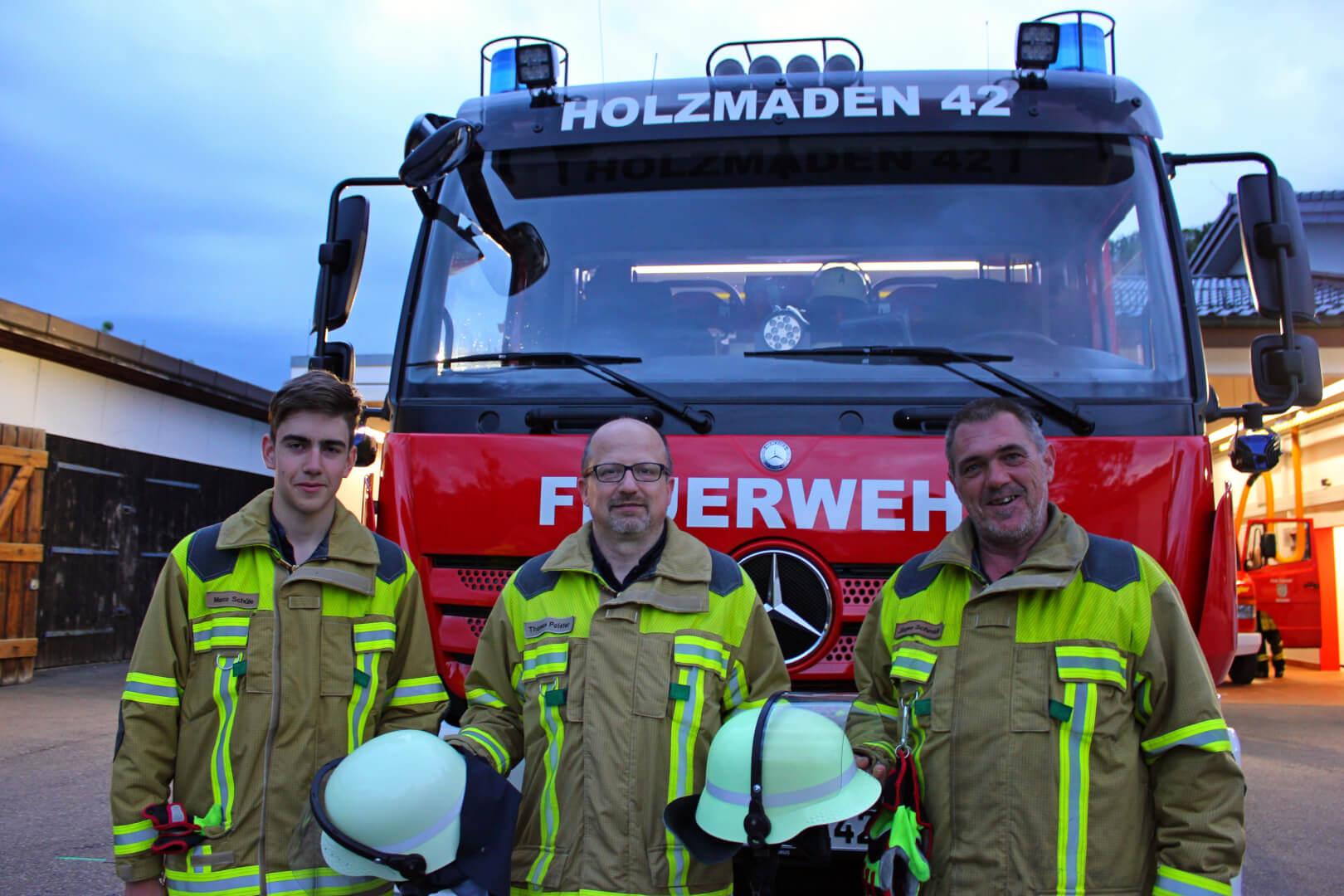 Marco Schüle (l.) und Jürgen Schmidt (r.) erhalten symbolisch von Kommandant Thomas Polster ihre Feuerwehrhelme für den Dienst in der Einsatzabteilung.