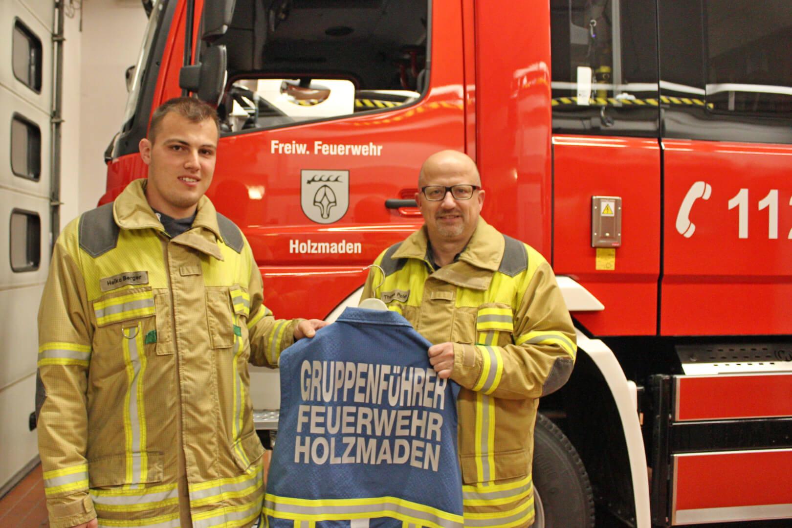 Heiko Berger (li.) erhält von Kommandant Thomas Polster symbolisch die Gruppenführer-Weste überreicht.