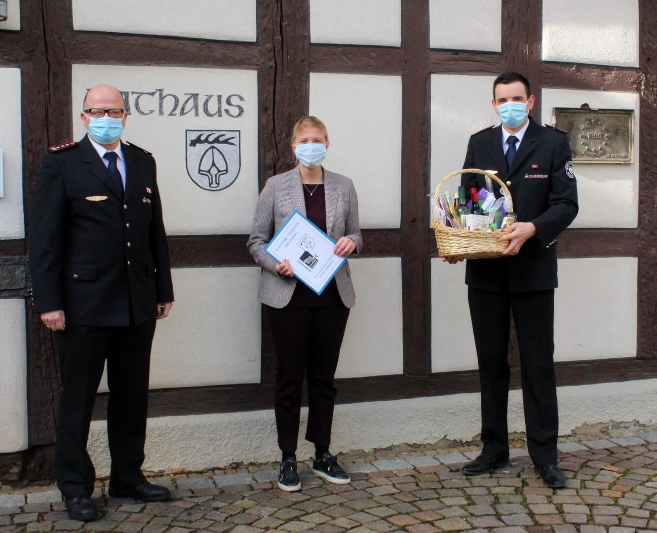 Kommandant Thomas Polster (li.) und stv. Kdt. Max Dopatka überreichten Fr. Irion zum Abschied einen Geschenkkorb und Grußworte der Feuerwehr.